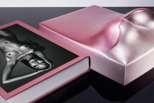 Наоми Кэмпбелл выпустила книгу, обложка которой выполнена в форме груди супермодели
