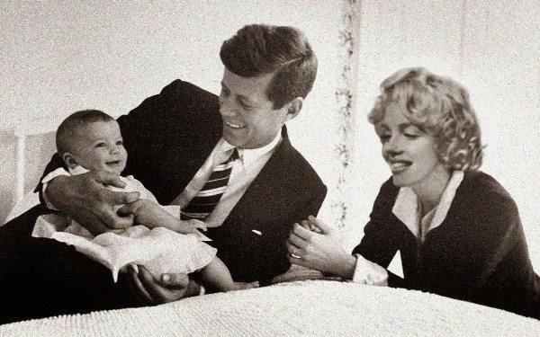 Мэрилин Монро наблюдает, как Джон Кеннеди играет со своей дочерью