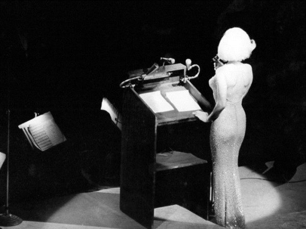 Мэрилин Монро исполняет песню «Happy birthday, Mr. President!» в Madison Square Garden