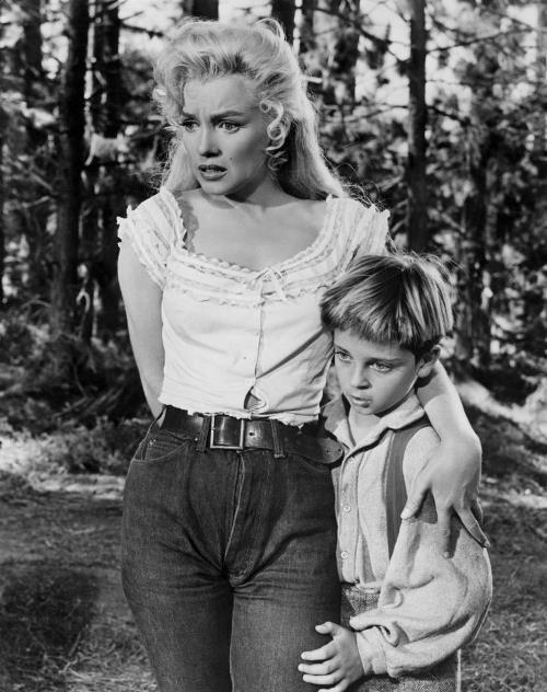 Мэрилин Монро очень хотела родить ребенка (сцена из фильма «Река не течет вспять»)
