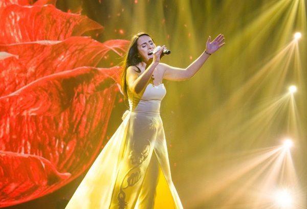 Джамала исполняет песню «1994» на конкурсе «Евровидение-2016» в Швеции