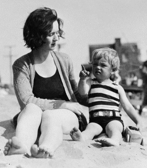 Маленькая Мэрилин Монро в детстве со своей опекуншей Грейс Мак-Ки