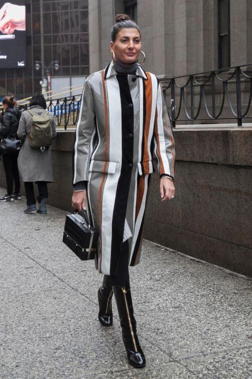 Джованна Батталья на улицах Нью-Йорка во время New York Fashion Week в плаще Prada