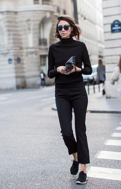 Черная водолазка в сочетании с черными брюками и кроссовками