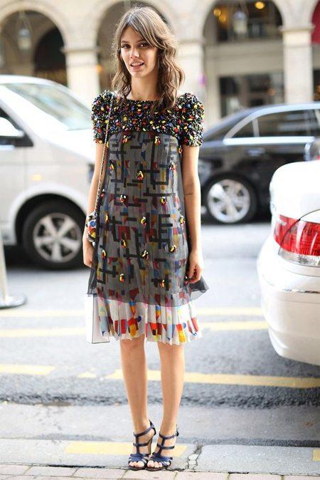 Модное коктейльное платье на уличной моднице