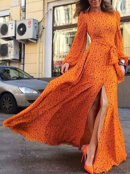 Оранжевое платье в горох на уличной моднице