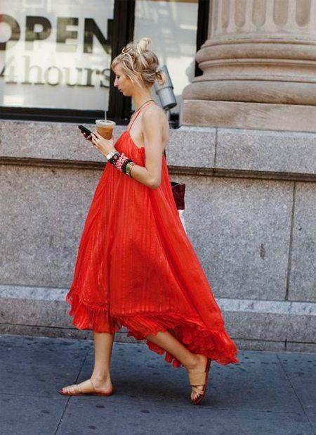 Красный сарафан для образа в повседневном стиле летом 2017 просто необходим