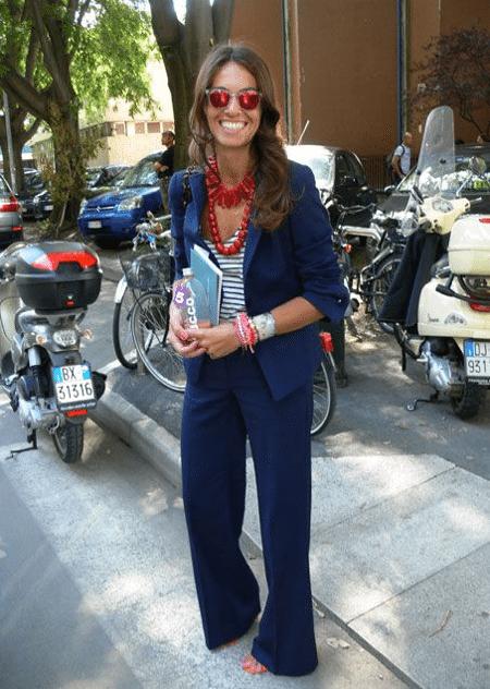 Вивиана Вольпичелла в деловом костюме и полосатом топе