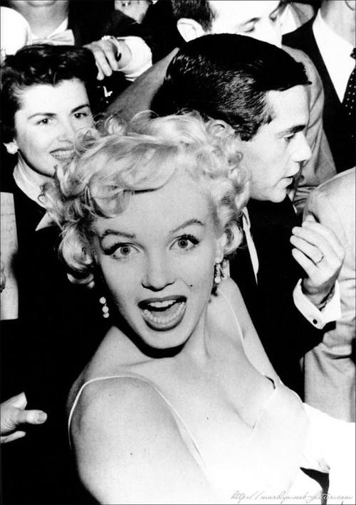 """Цитаты Мэрилин Монро: """"Лучше быть абсолютно смешной, чем абсолютно скучной"""""""