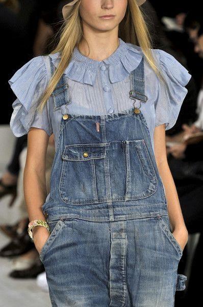 Модные луки для лета 2016: комбинезон и блузка с рюшами