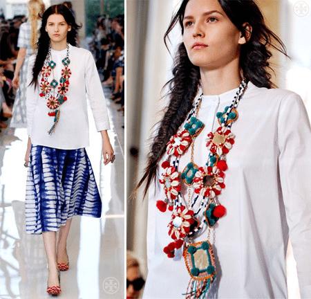 Стильный аксессуар в украиском национальном стиле на белой сорочке на показах коллекции Alexander McQueen