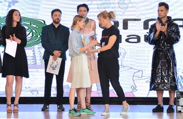 Глава жюри украинская дизайнер Лилия Пустовит вручает приз победительнице конкурса