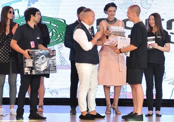 Крымчанин Владимир Найденов получает награду за второе место в конкурсе