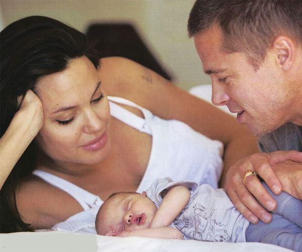 Анджелина Джоли, Брэд Питт и их первая биологическая дочь Шайло