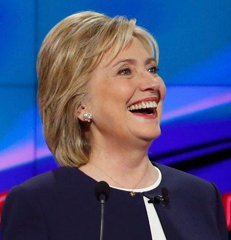 Сегодня широкая и уверенная улыбка миссис Клинтон — ее главное оружие