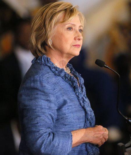 Женская деловая одежда миссис Клинтон редко бывает с принтами. Максимум — это еле заметная неоднородность цвета