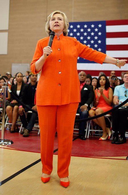 Для стиля одежды публичных людей могут смело применяться и яркие цвета — как у Хиллари Клинтон