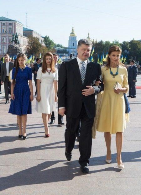 Марина Порошенко и дочери (сзади слева) в платьях украинского масс-маркет бренда Must Have