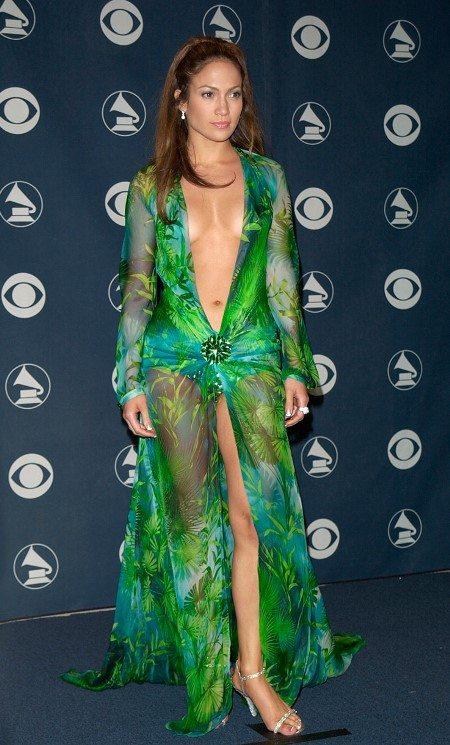 Дженнифер Лопес в шифоновом платье от Versace, которое вызвало резонансные отзывы
