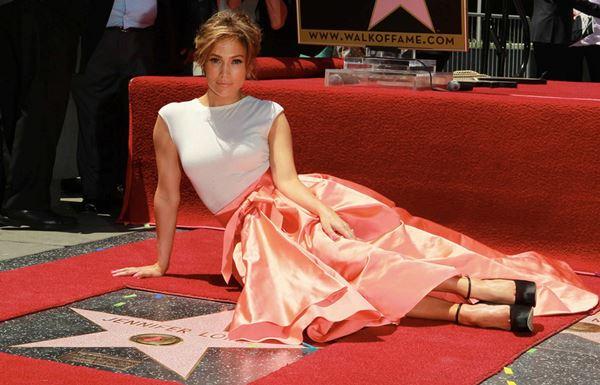 Дженнифер Лопес в простом, но эффектном наряде от Christian Dior на Аллее Славы