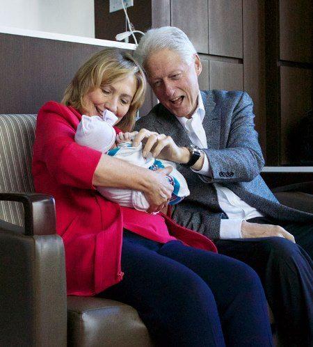 Хиллари Клинтон с семьей: мужем Биллом и первой внучкой Шарлоттой (в июне 2016 года дочь Хиллари и Билла Челси Клинтон родила уже второго ребенка — сына Эйдана)