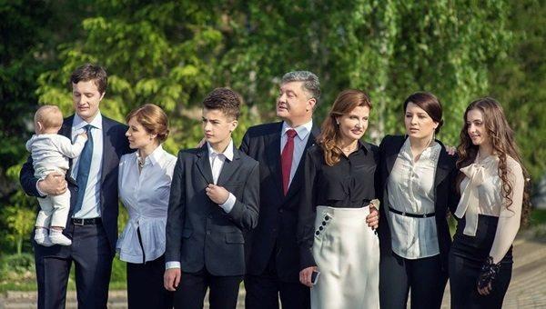 Марина Порошенко с семьей (слева направо): старший сын с супругой и внуком, младший сын, муж, сама Марина и дочери-двойняшки