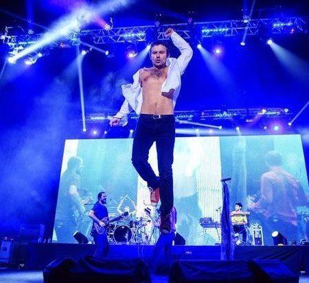 Для концертов Святослав Вакарчук выбирает гораздо более демократичную одежду