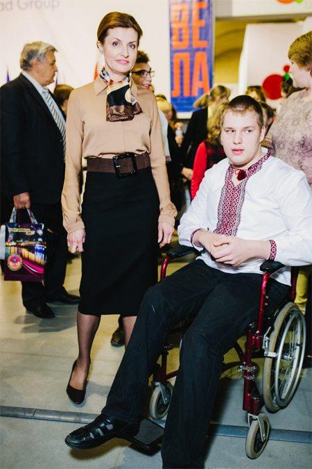 На открытии Книжного Арсенала Марина Порошенко была в блузке цвета кофе с молоком и черной юбке-карандаш