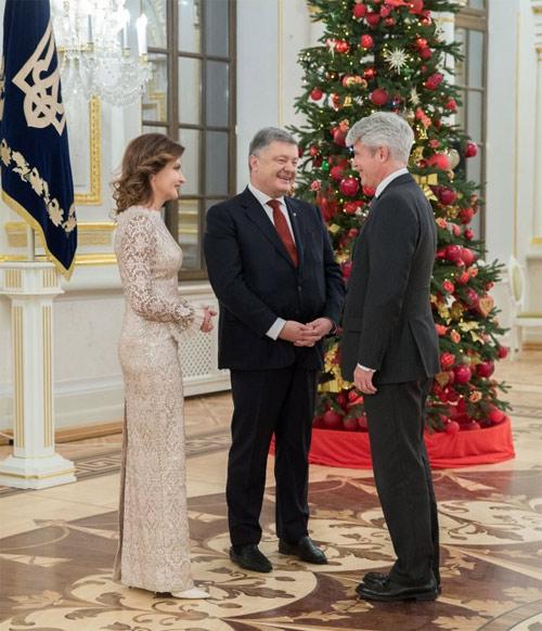 Первая леди Марина Порошенко и Президент Украины Петр Порошенко принимают иностранных дипломатов в Мариинском дворце