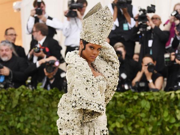 Рианна на Met Gala 2018. За 30 тысяч долларов с ней мог сфотографироваться каждый желающий!