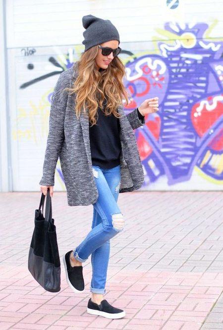 Слипоны в сочетании с рваными джинсами