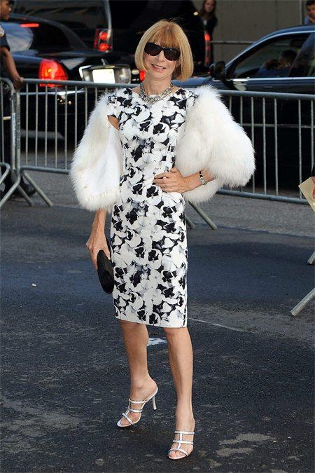 Анна Винтур в платье с цветочным принтом и меховом палантине