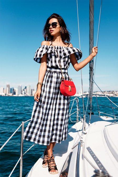 Красная сумка и модное клетчатое платье с открытыми плечами