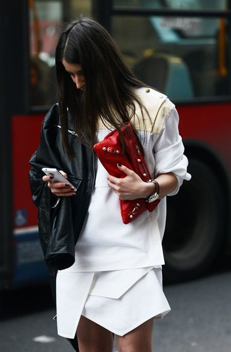 Осенью носите красный клатч с белым костюмом и кожаной курткой-косухой