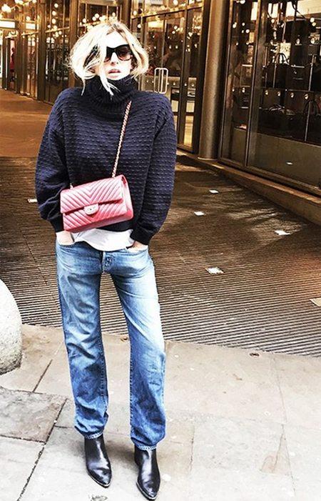 Джинсы, свитер, красная маленькая сумочка