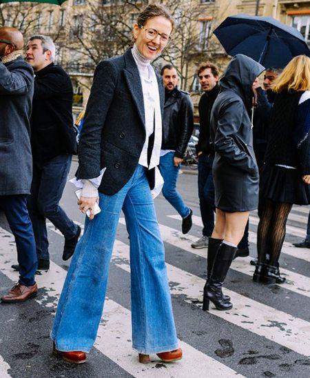 В стиле 70-х: расклешенные голубые джинсы, жакет, туфли на платформе