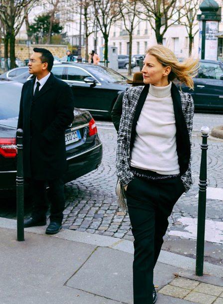 Черные брюки, белая водолазка и жакет - беспроигрышный вариант