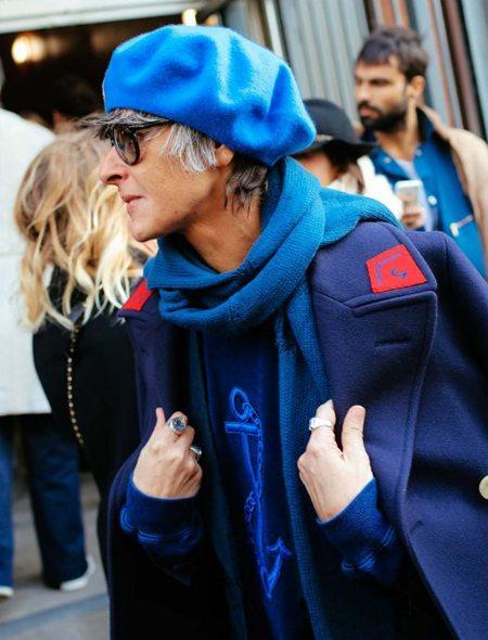 Модный лук 2016: синее пальто, синий шарф, синий берет
