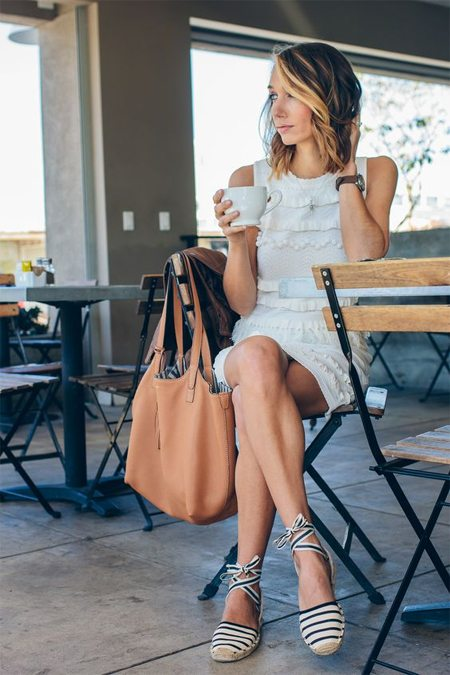 Эспадрильи в полоску и платье с рюшиками на уличной моднице