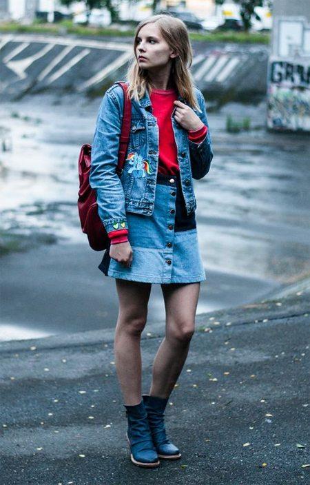 Джинсовый костюм и бордовый рюкзак