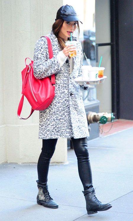 Вот так можно носить красный рюкзак зимой