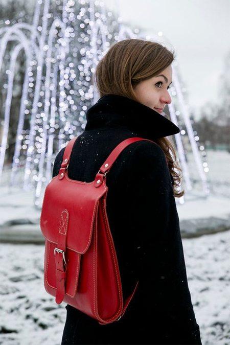 Стильный красный рюкзак на уличной моднице, отличнице и спортсменке