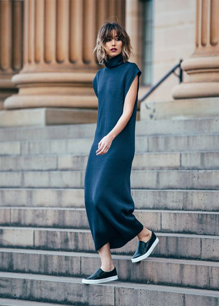 Черные слипоны и длинное платье