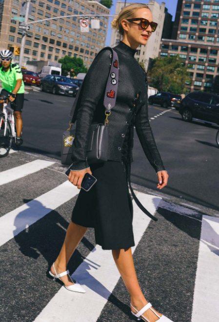 Стрит стайл 2016: черная юбка + черный жакет + белые туфли