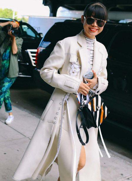 Молочный тренч на уличной моднице. Сентябрь, Нью-Йорк 2016