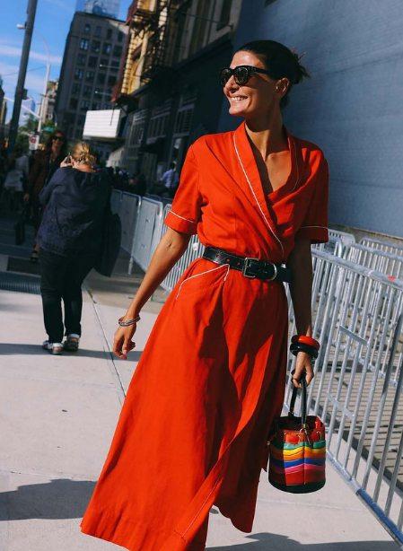 Красное винтажное платье на Джованне Баттаглии