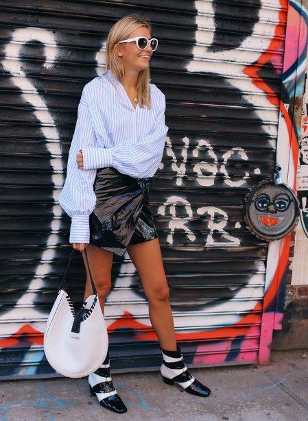 Рубашка оверсайз в полоску в сочетании с юбкой из лаковой эко-кожи