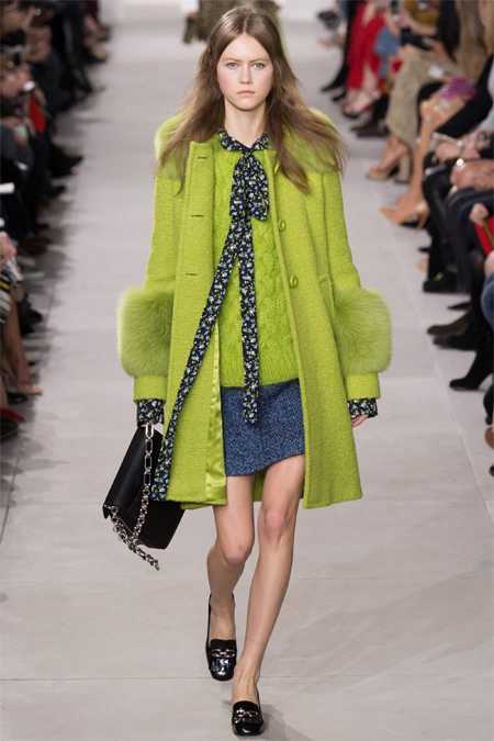 Одежда Майкл Корс: пальто салатового цвета