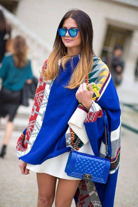 Накидка на уличной моднице
