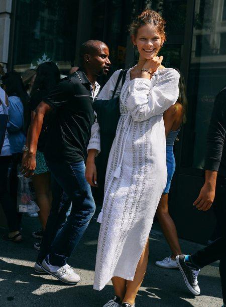 Уличный стиль 2016: Ирина Кравченко в белом платье-вышиванке и кедах между показами в Нью-Йорке